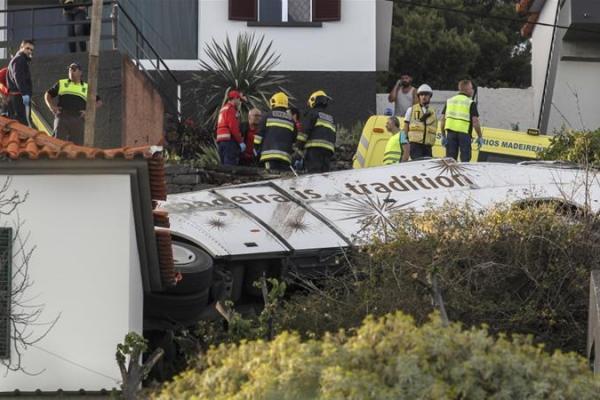 Bus Turis Terguling di Pulau Portugal Madeira