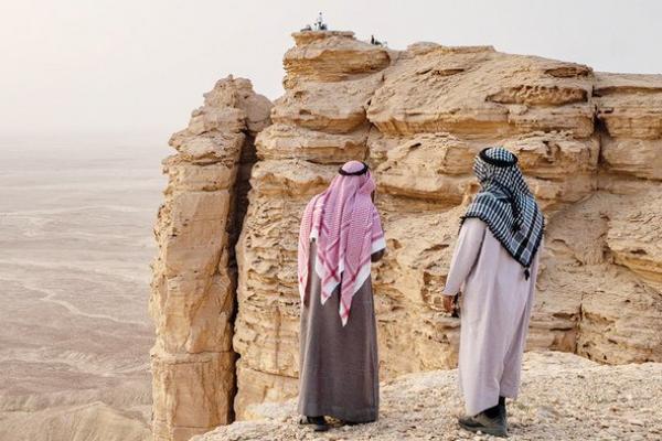 Ruang Publik Ditutup, Penduduk Arab Saudi Beralih ke Gurun Pasir