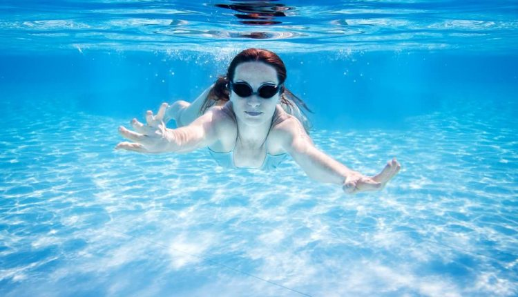 woman-swimming-underwater-P99VQTQ (1)